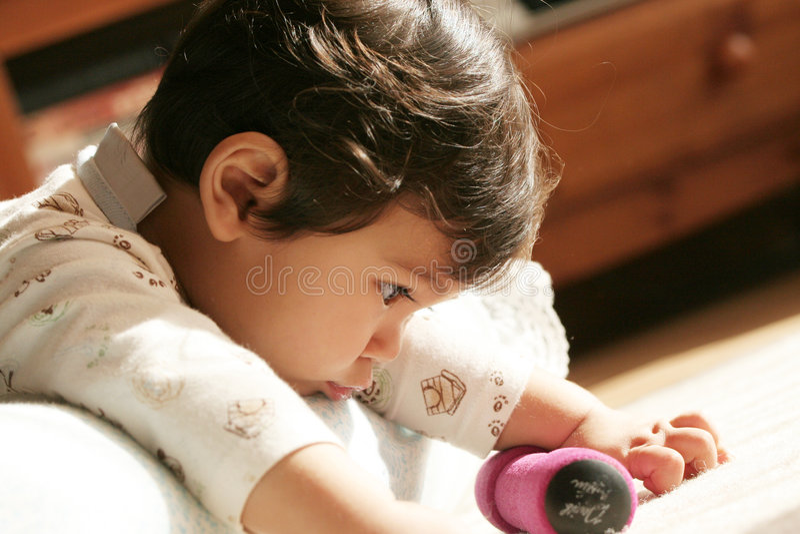 Bebê que aprende a mobilidade da mão imagem de stock royalty free