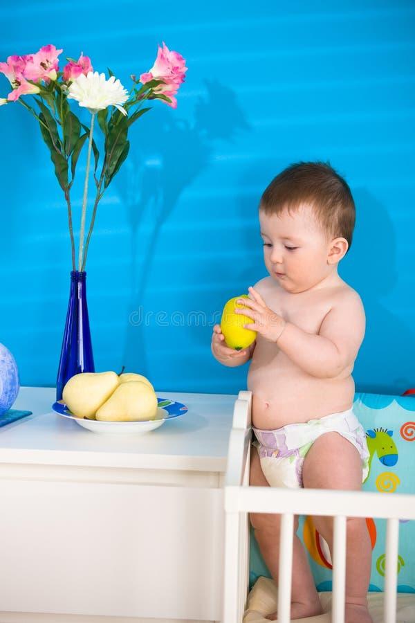 Bebê que come frutas fotos de stock royalty free