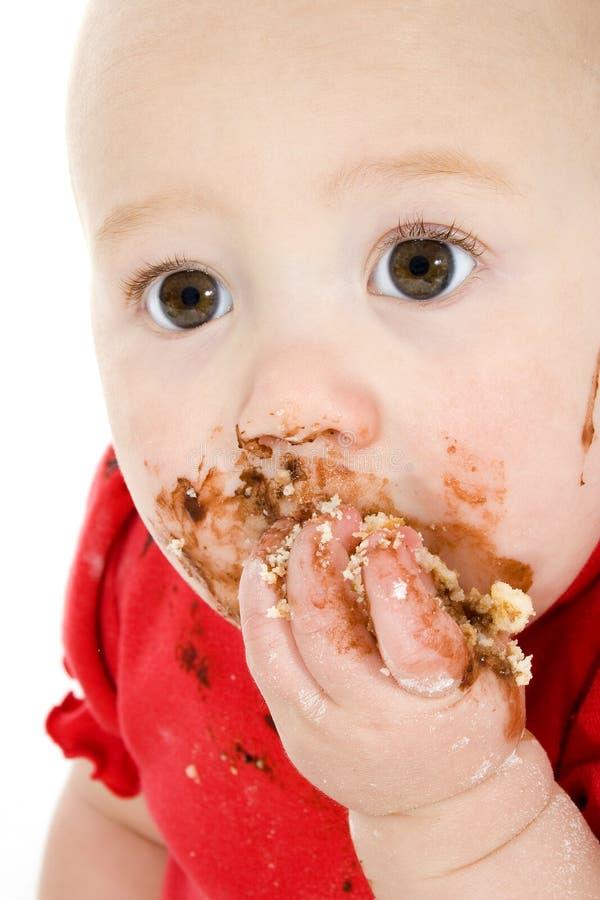 Bebê que come o bolo fotografia de stock