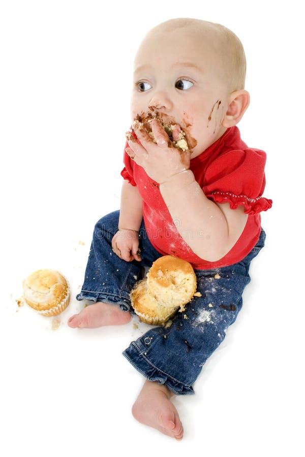 Bebê que come o bolo imagens de stock royalty free