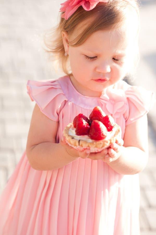 Bebê que come o bolo fora fotografia de stock royalty free