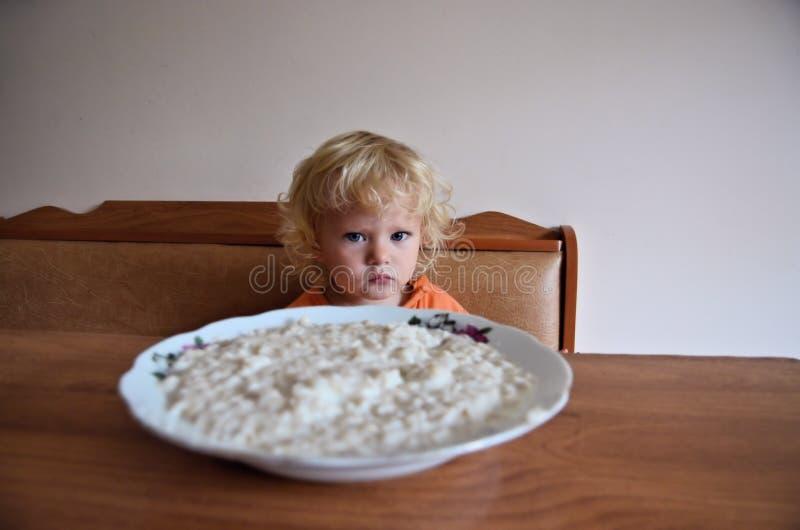 Bebê que come o café da manhã fotos de stock