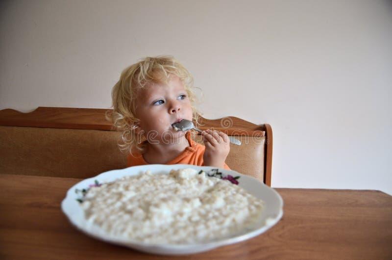 Bebê que come o café da manhã fotos de stock royalty free