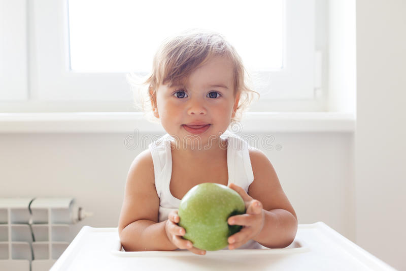 Bebê que come o fruto imagens de stock