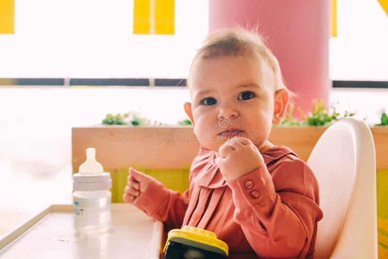Bebê que come só no cadeirão foto de stock royalty free
