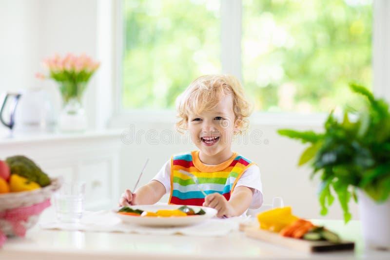 Bebê que come vegetais Alimento contínuo para o infante fotos de stock royalty free