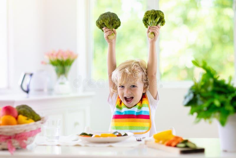 Bebê que come vegetais Alimento contínuo para o infante imagem de stock royalty free
