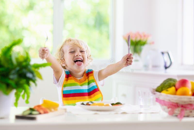 Bebê que come vegetais Alimento contínuo para o infante foto de stock royalty free