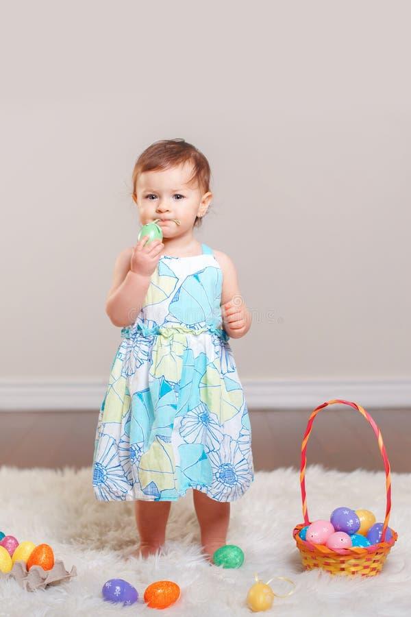 Bebê que comemora o feriado da Páscoa fotos de stock royalty free