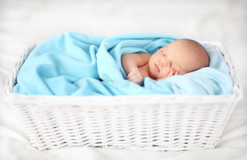 Bebê que dorme em uma cesta fotos de stock