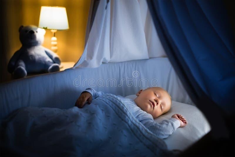 Bebê que dorme na noite imagem de stock royalty free