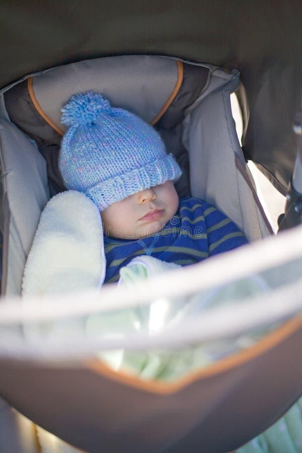 Bebê que dorme no carrinho de criança fotografia de stock