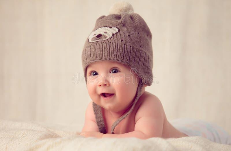 Bebê que encontra-se em uma tampa de cama macia imagens de stock