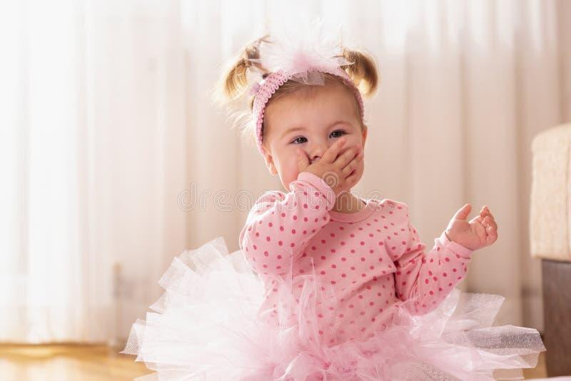 Bebê que envia beijos imagens de stock