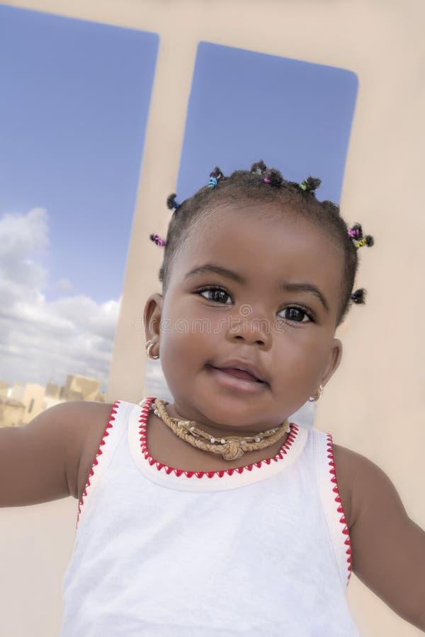 Bebê que está em um terraço, nove meses do Afro velho fotos de stock royalty free