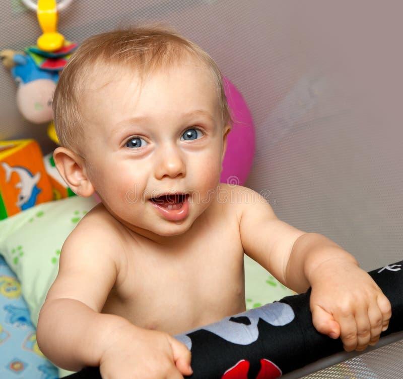 Bebê que está no berço foto de stock