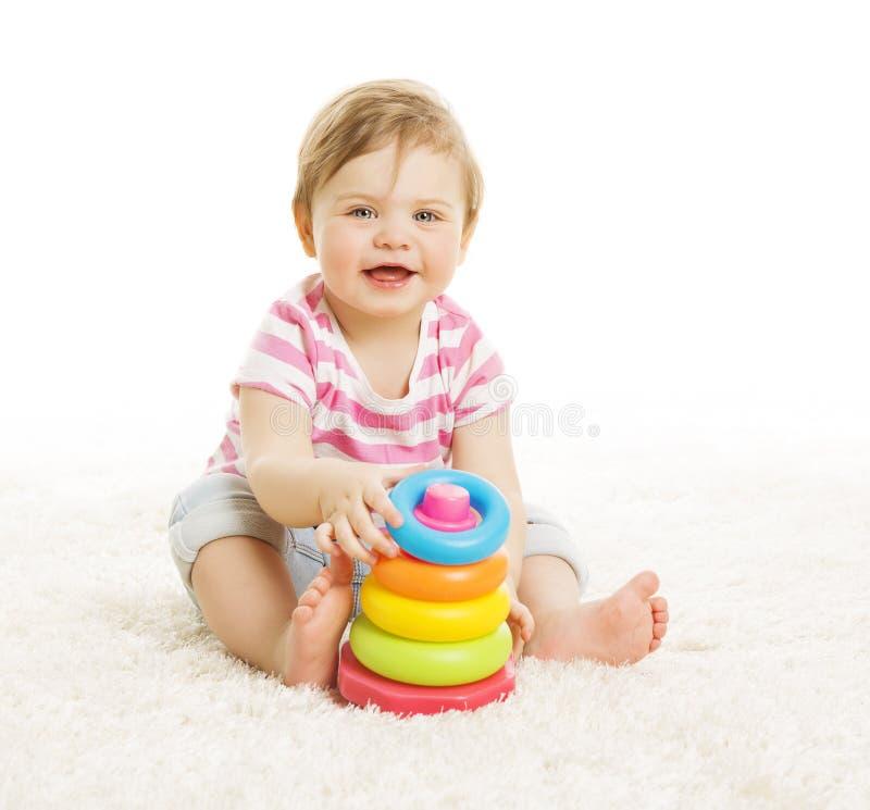 Bebê que joga brinquedos, torre da pirâmide da brincadeira, educação da criança fotos de stock royalty free