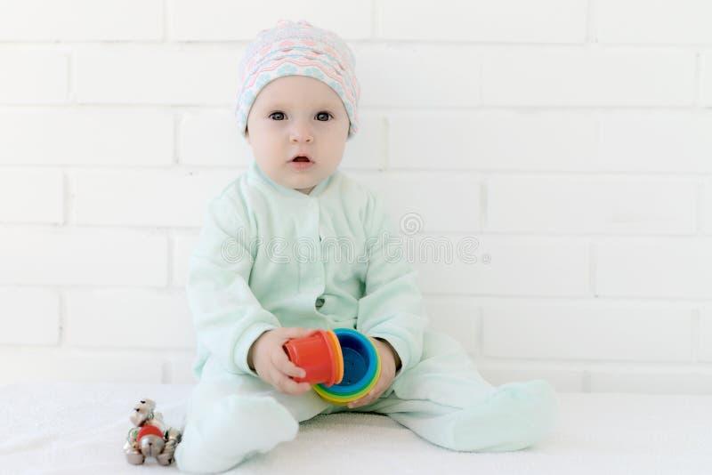 Bebê que joga com cubo do alfabeto imagens de stock royalty free