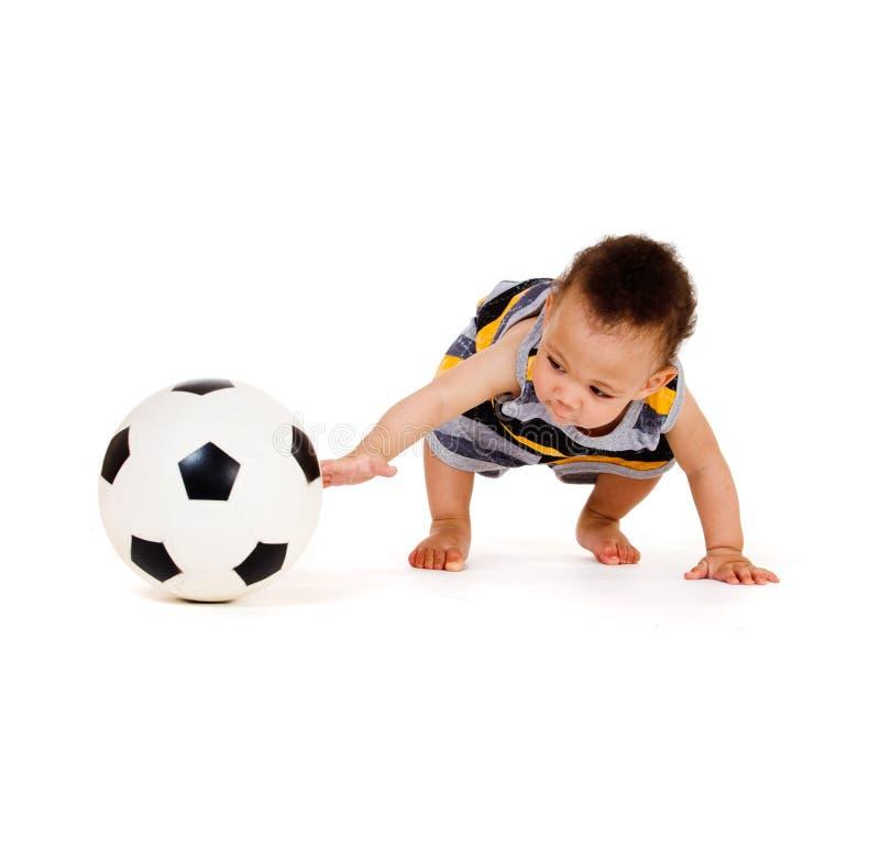 Bebê que joga com esfera de futebol fotografia de stock royalty free