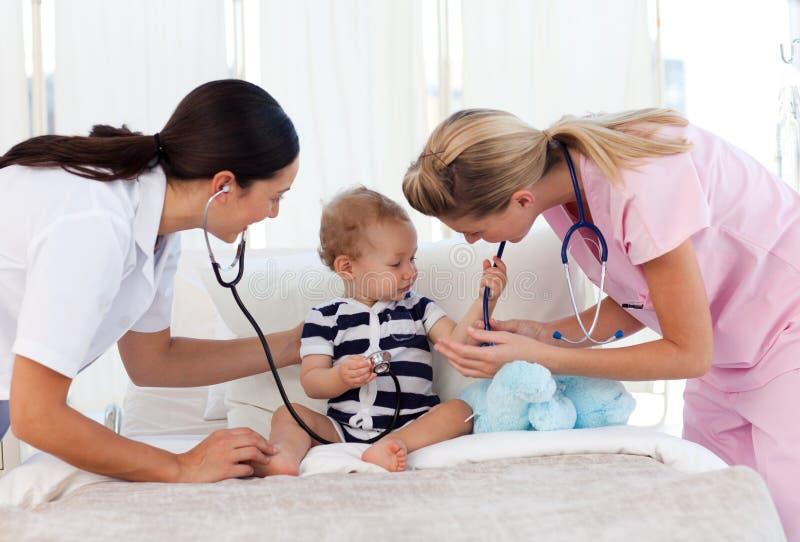 Download Bebê Que Joga Com Estetoscópios Foto de Stock - Imagem de cute, humano: 10067094