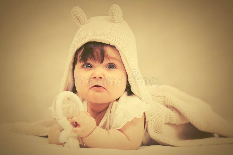 Bebê que joga com o brinquedo na cobertura fotos de stock