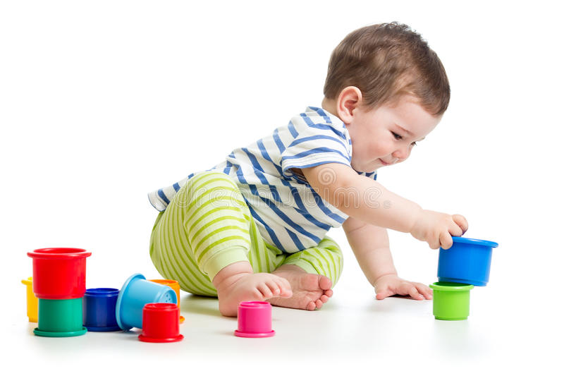 Bebê que joga com os brinquedos do copo da cor imagens de stock royalty free