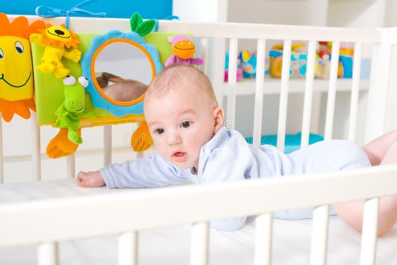 Bebê que joga na cama imagem de stock royalty free
