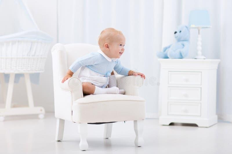 Bebê que joga no quarto foto de stock