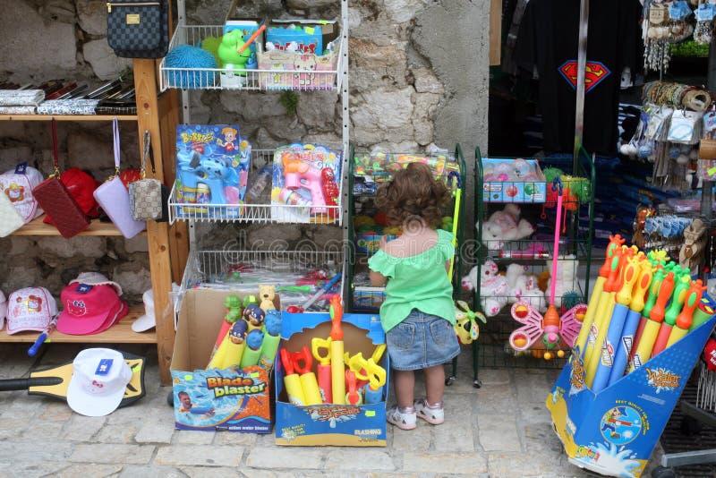 Bebê que olha brinquedos na loja fotografia de stock royalty free