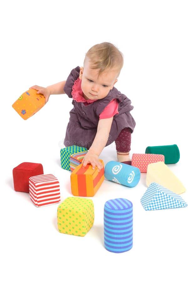 Bebê que palying com blocos do brinquedo imagem de stock royalty free
