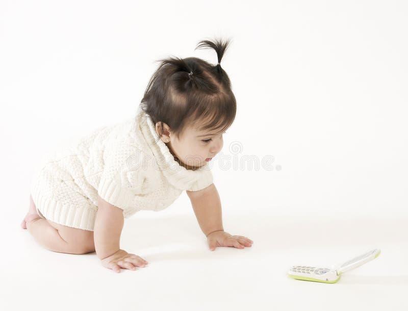 Bebê que rasteja ao telefone de pilha fotos de stock royalty free