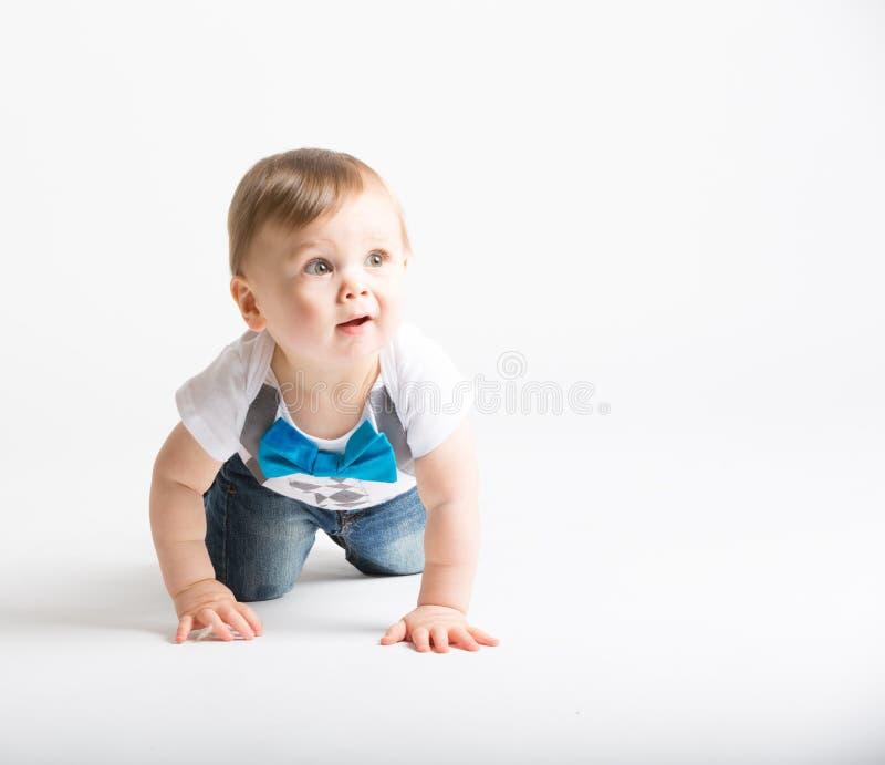 Bebê que rasteja e que olha confundido fotos de stock royalty free