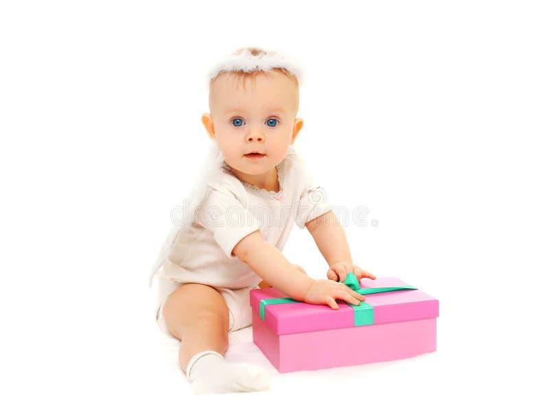 Bebê que senta-se com a caixa de presente no fundo branco fotografia de stock royalty free