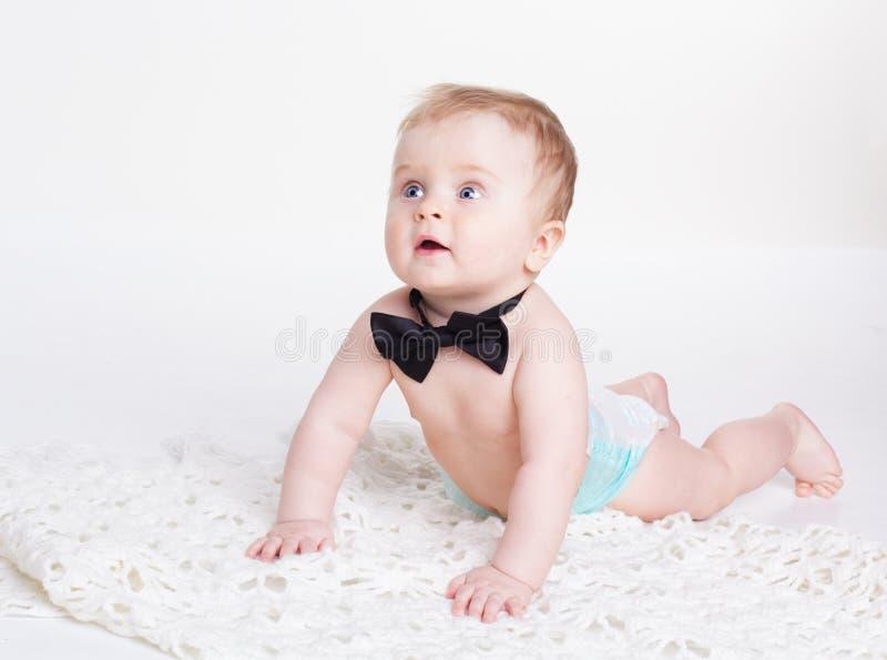 Bebê que senta-se com laço fotos de stock royalty free