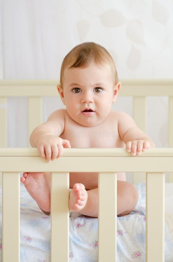 Bebê que senta-se em uma ucha fotos de stock