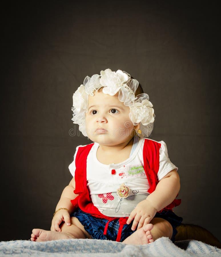 Bebê que senta-se na cobertura foto de stock royalty free