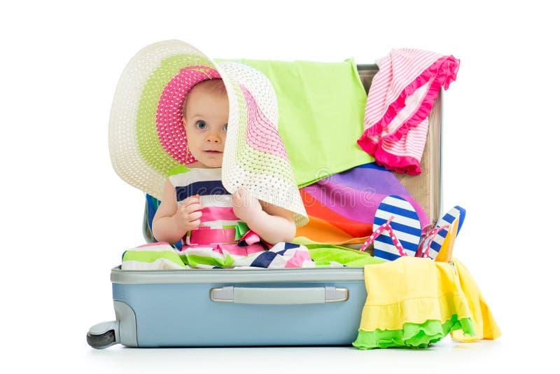 Bebê que senta-se na mala de viagem fotografia de stock royalty free