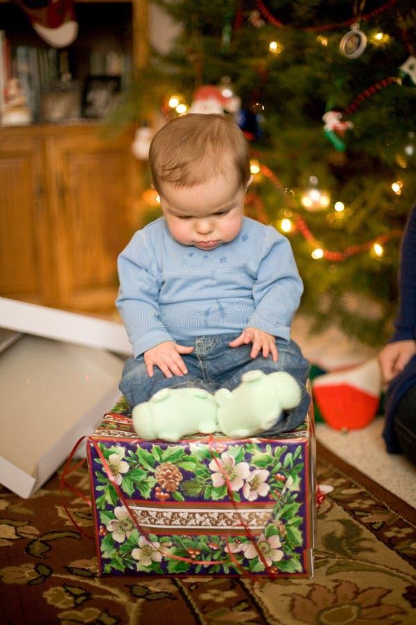 Bebê que senta-se no presente de Natal fotografia de stock royalty free