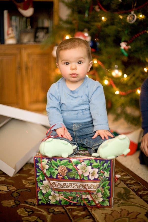 Bebê que senta-se no presente de Natal fotografia de stock