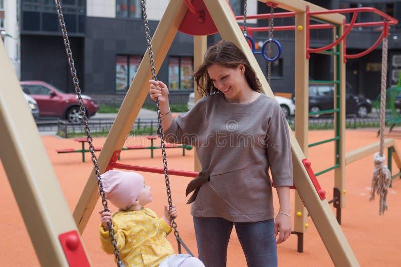 Bebê que tem o divertimento em um balanço foto de stock royalty free
