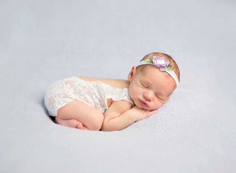 Bebê recém-nascido adorável no bodysuit fotografia de stock royalty free