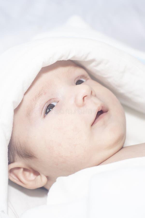 Bebê recém-nascido bonito adorável no fundo branco A criança bonita vestiu um traje do coelho com orelhas longas Feriado, Easter fotos de stock royalty free