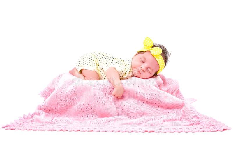 Bebê recém-nascido bonito do retrato que dorme na manta feita malha fotografia de stock