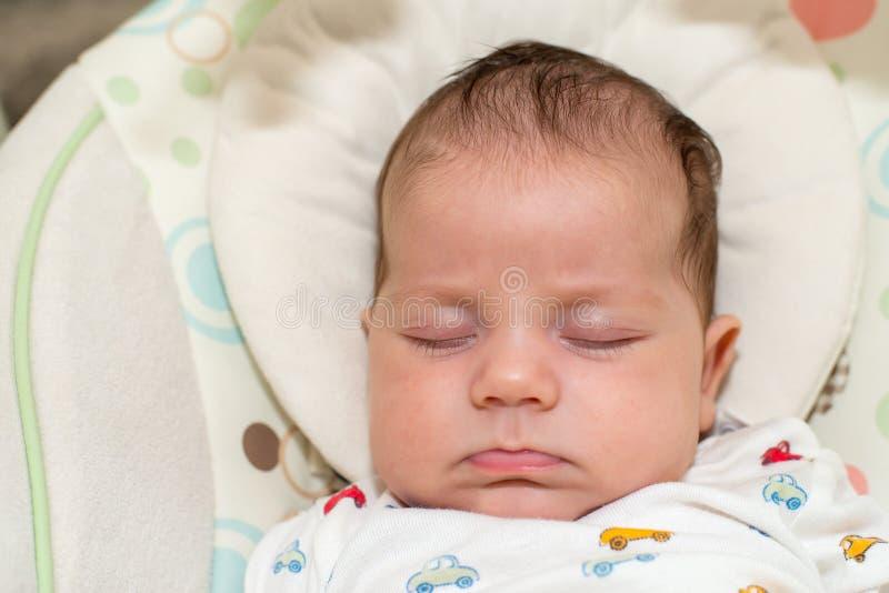 Bebê recém-nascido bonito, dormindo em um balanço foto de stock