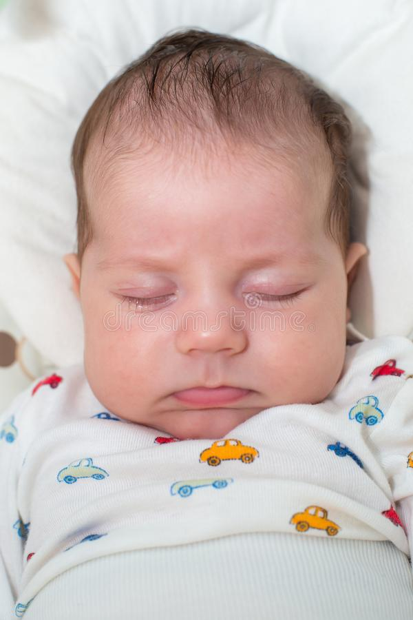Bebê recém-nascido bonito, dormindo em um balanço imagem de stock royalty free
