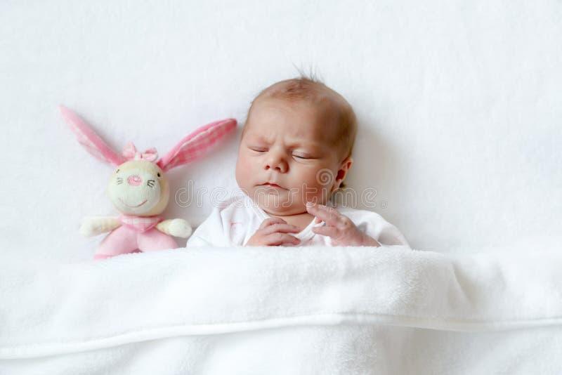 Bebê recém-nascido calmo adorável bonito que dorme na cama branca Criança recém-nascida, menina seis colocações velhas dos dias n foto de stock royalty free