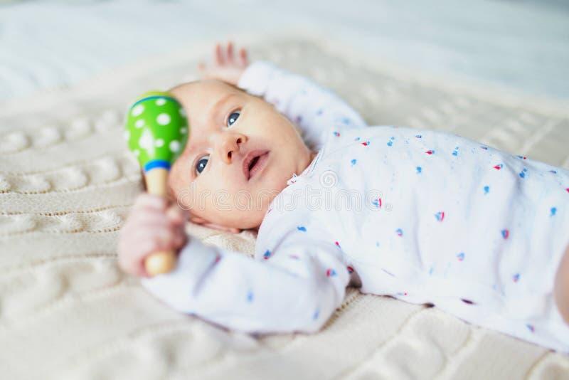 Bebê recém-nascido com o brinquedo de madeira colorido imagens de stock royalty free