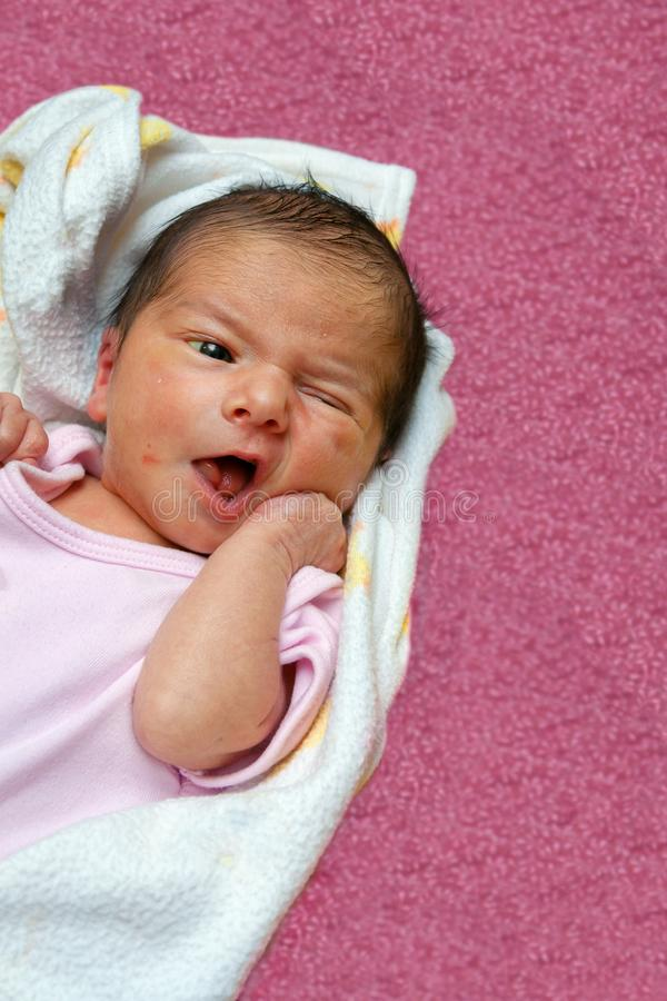 Bebê recém-nascido da icterícia que coloca na parte traseira que exibe o reflexo de enraizamento A foto de stock royalty free