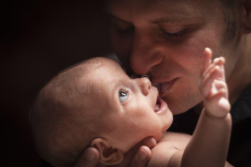 Bebê recém-nascido da raça nova de Holding His Mixed do pai imagem de stock royalty free