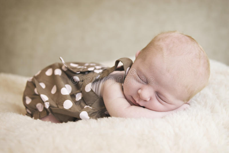 Bebê recém-nascido de sono foto de stock